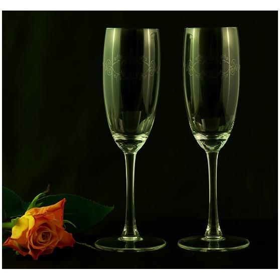 Zdobione kieliszki do szampana z grawerem