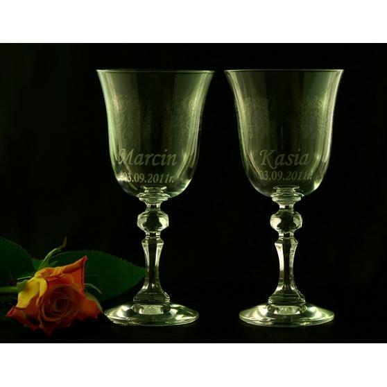 Zdobione kieliszki do wina z grawerem