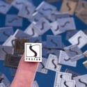 Grawerowane samoprzylepne tabliczki z logo