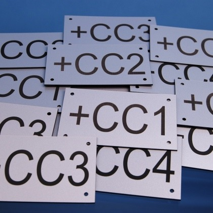 Grawerowane tabliczki opisowe z otworami